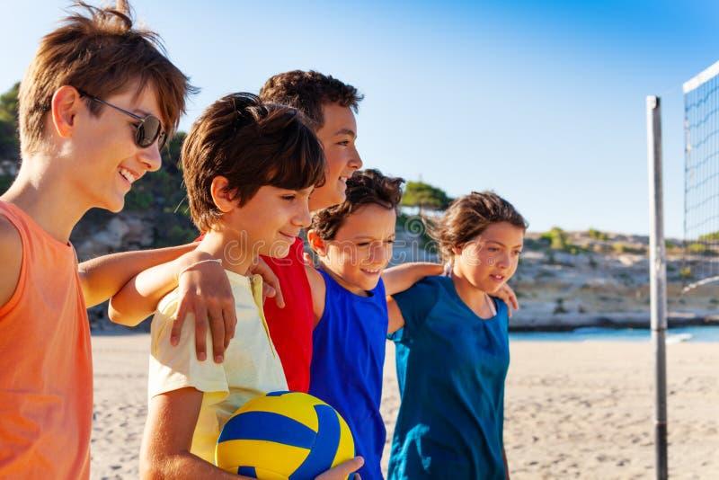 Strandvolleybollspelare som kramar efter leken royaltyfria foton