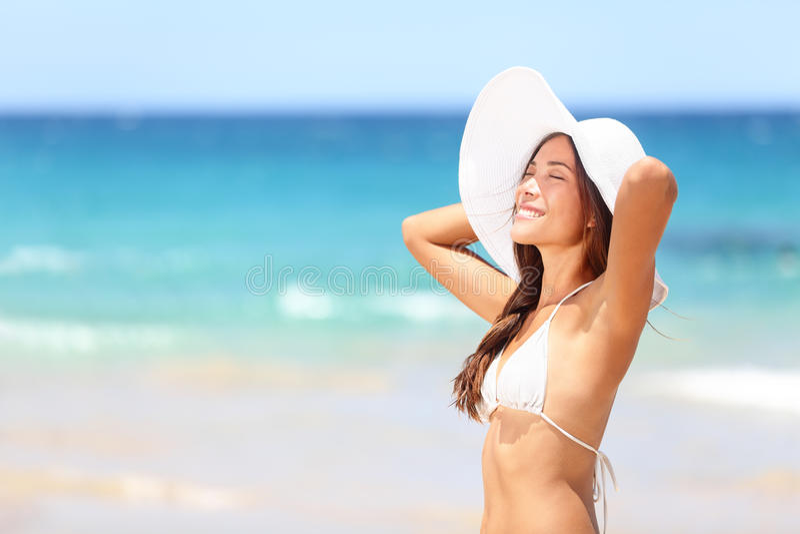 Strandvrouw het ontspannen op reisvakantie stock afbeeldingen
