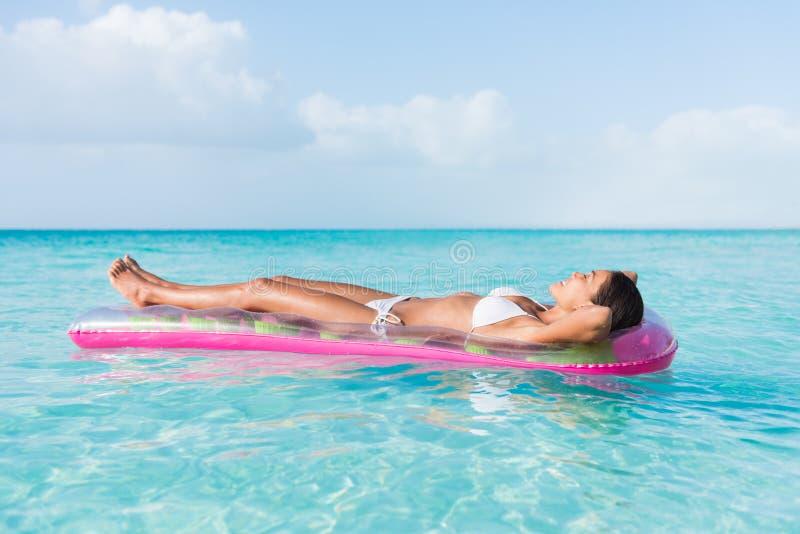 Strandvrouw het ontspannende het zonnebaden drijven op oceaan royalty-vrije stock foto