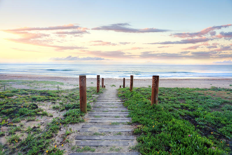 Strandweg aan paradijs.  Zonsopgang Australië royalty-vrije stock afbeeldingen