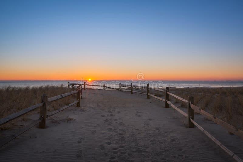 Strandweg bei Sonnenaufgang stockbilder