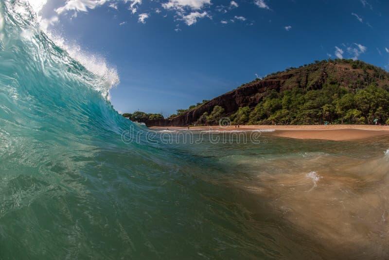 Strandwelle in Maui, Hawaii lizenzfreie stockbilder