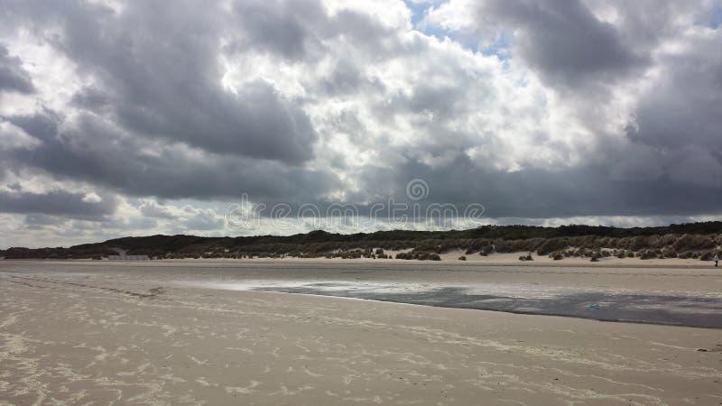 Strandwolkenherbst-Sturmmeer lizenzfreie stockfotos
