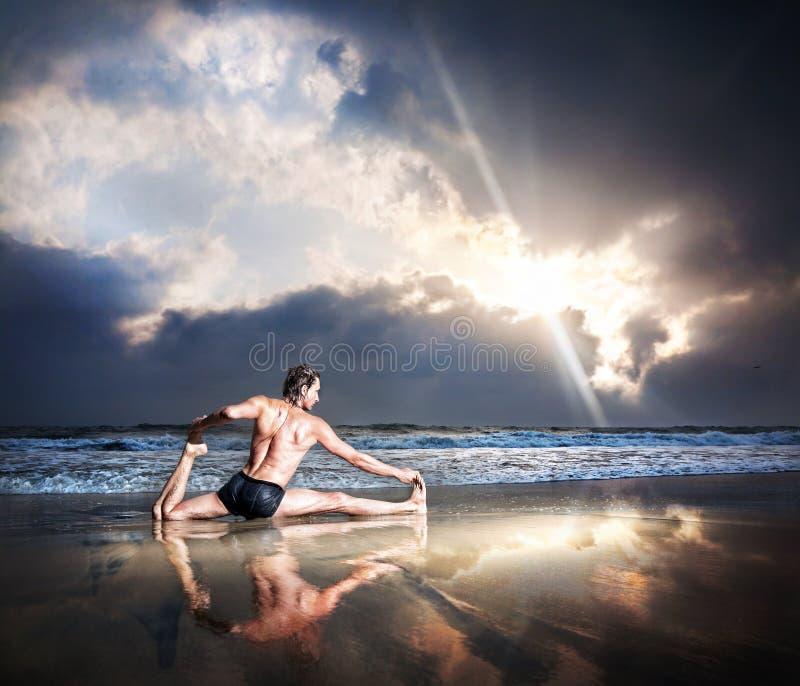 strandyoga arkivfoton