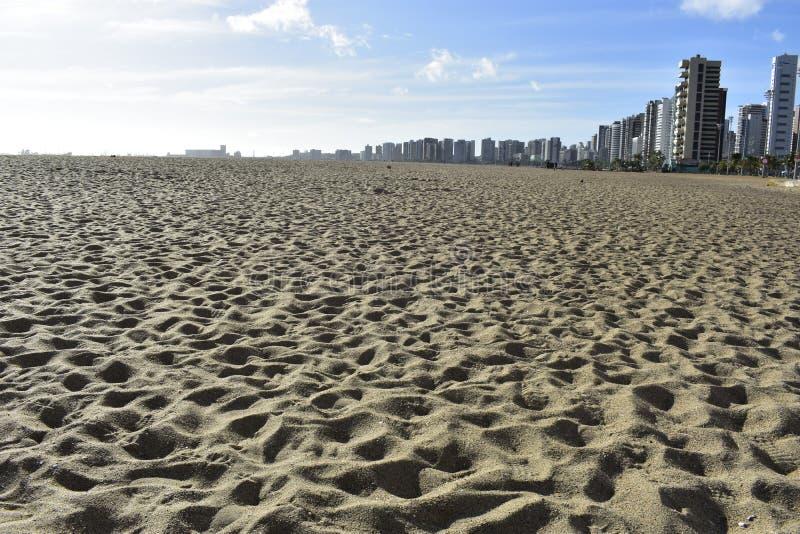 Strandzand en gebouwen, Fortaleza, Ceara, Brazilië stock afbeeldingen