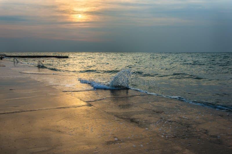 Strandzonsondergang boven het overzees stock fotografie