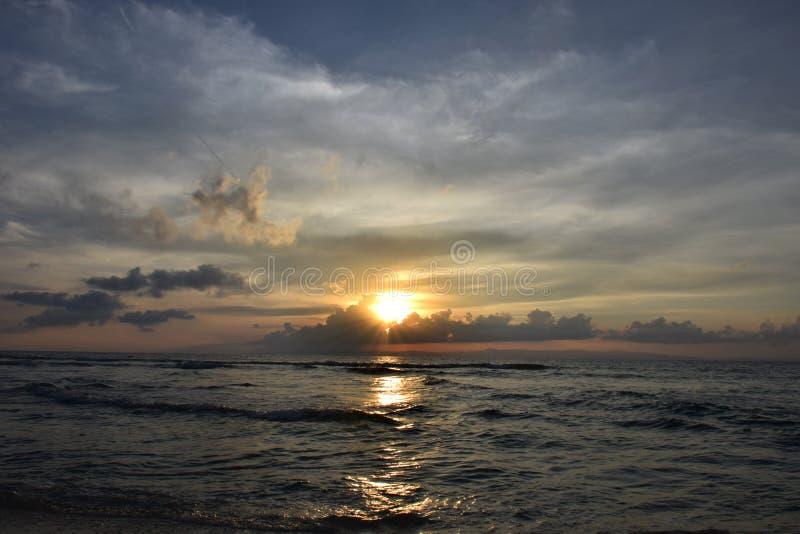 Strandzonsondergang en mooie cloudscap royalty-vrije stock foto
