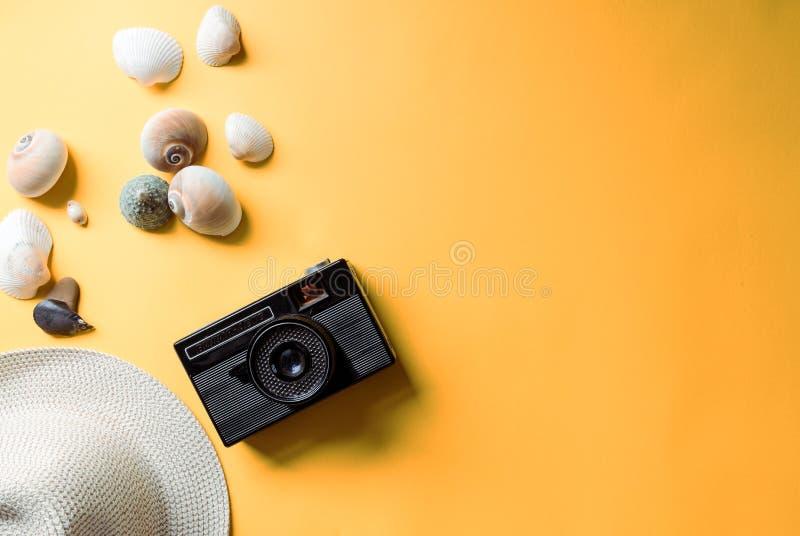 Strandzubehör mit gelbem Hintergrund lizenzfreie stockbilder