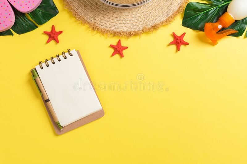 Strandzubehör mit Strohhut, Sonnenschutzflasche und Seastar auf gelber Hintergrundansicht mit Kopierraum lizenzfreie stockfotos