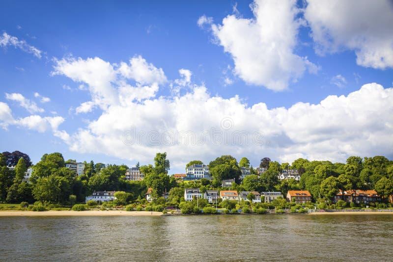 Strang Oevelgoenne - Strand auf der Elbe in Hamburg, Deutschland lizenzfreie stockfotos