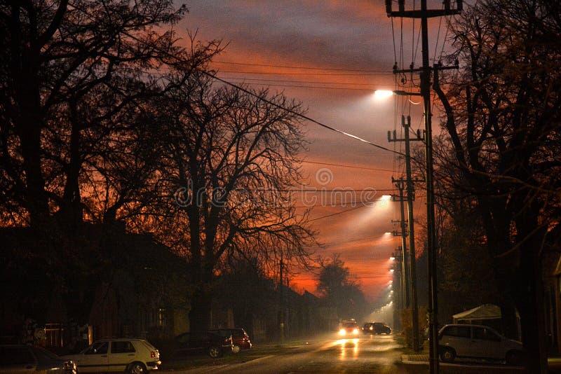 Strano gioco di luce nel cielo serale, via fotografie stock libere da diritti