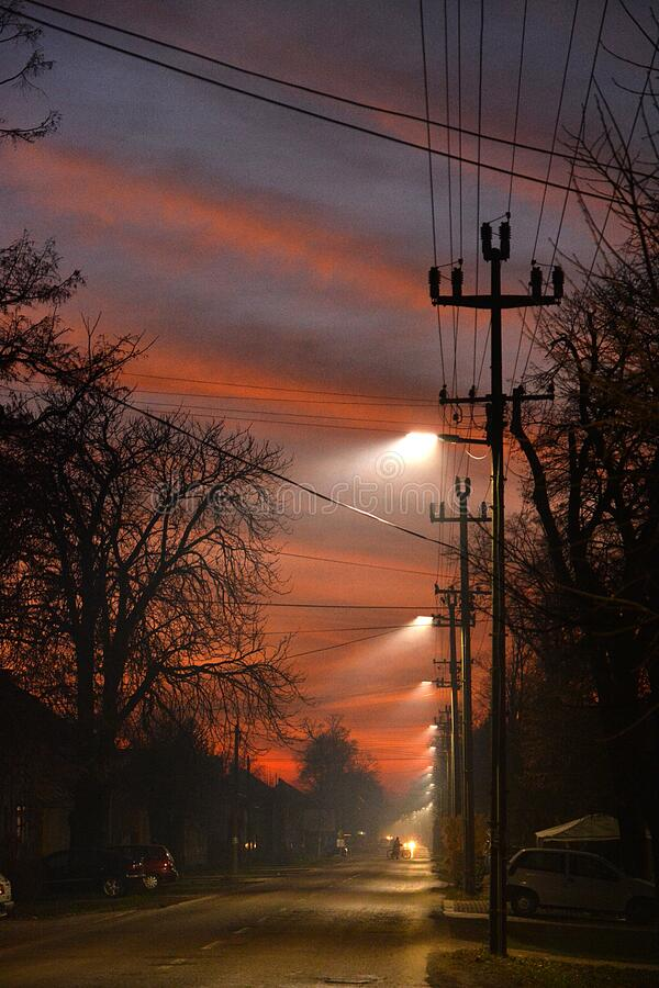 Strano gioco di luce nel cielo serale, via fotografie stock