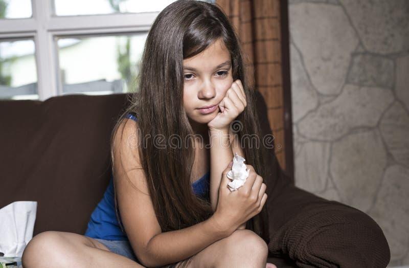 Strappi tristi della ragazza con il tessuto fotografia stock libera da diritti