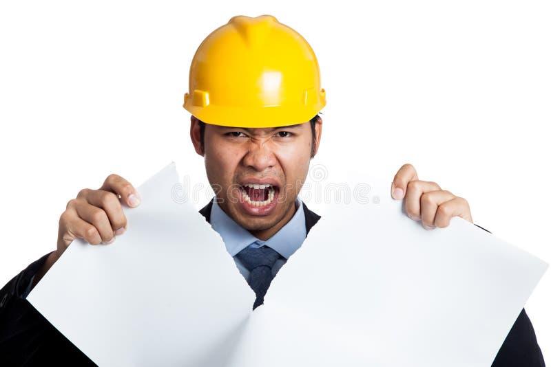 Strappo asiatico arrabbiato dell'uomo dell'ingegnere fuori un modello fotografia stock
