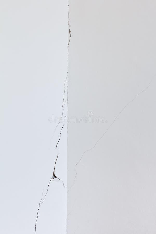 Strappo bianco della crepa della stanza della parete fotografia stock