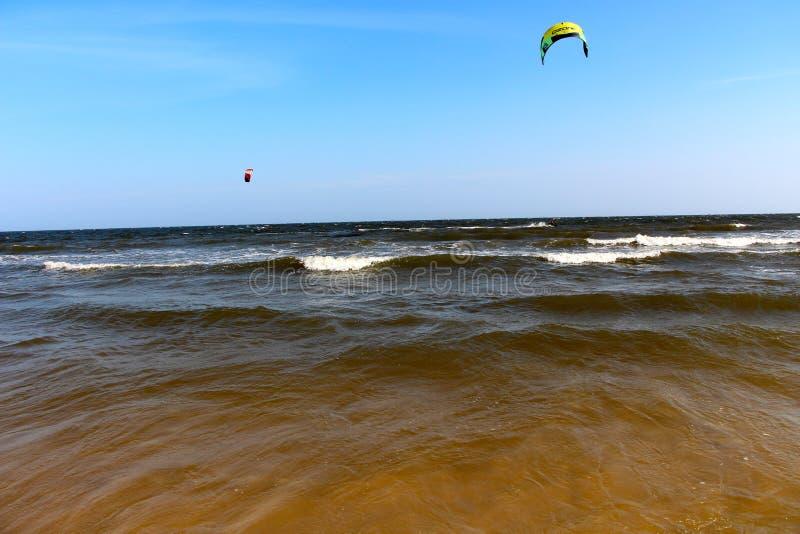 Strappo su delle onde che kitesurfing in Ne Vietnam di mui immagine stock libera da diritti