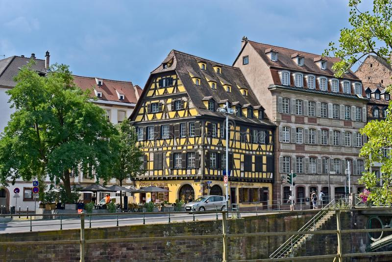 Strasbourg, Alsácia, França - 11 de julho de 2018: Casa tradicional da metade-madeira fotos de stock
