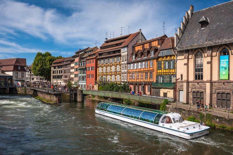 Strasbourg cityscape med dåligt floden och ett touristic fartyg arkivfoton