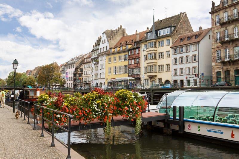 Strasbourg cityscape med ettseende fartyg på dåligt floden fotografering för bildbyråer