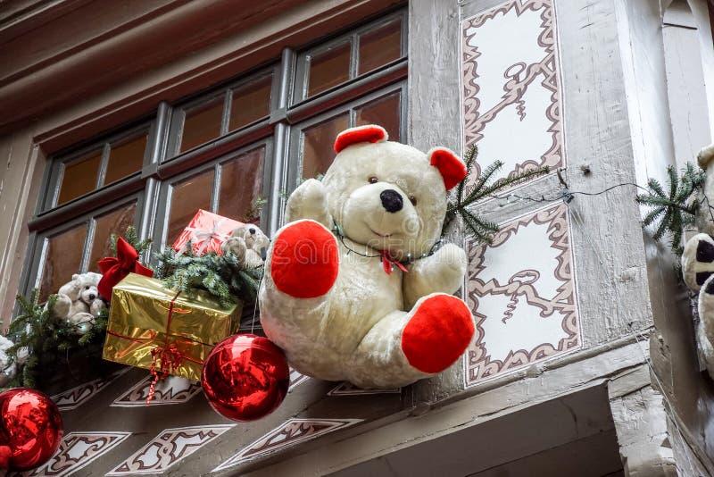 STRASBOURG, FRANÇA - 24 DE DEZEMBRO DE 2017: Detalhe ocupado do Natal no mercado Christkindlmarkt na cidade de Strasbourg foto de stock