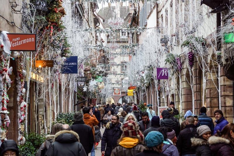 STRASBOURG, FRANÇA - 24 DE DEZEMBRO DE 2017: Mercado ocupado Christkindlmarkt do Natal na cidade região de Strasbourg, Alsácia fotos de stock