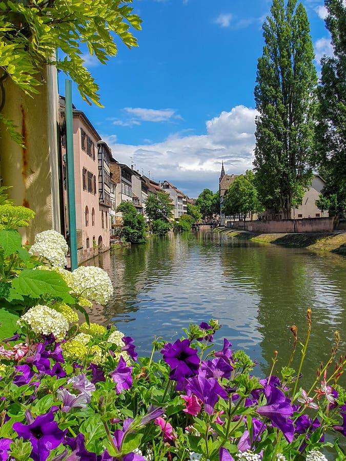 STRASBOURG, FRANÇA - em junho de 2019: canais pitorescos do La Petite France imagem de stock royalty free
