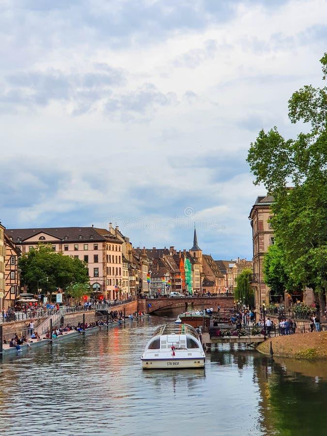 STRASBOURG, FRANÇA - em junho de 2019: Vista na viagem, nos cidadãos e nos turistas do barco da vida urbana de Strasbourg tendo o fotos de stock royalty free