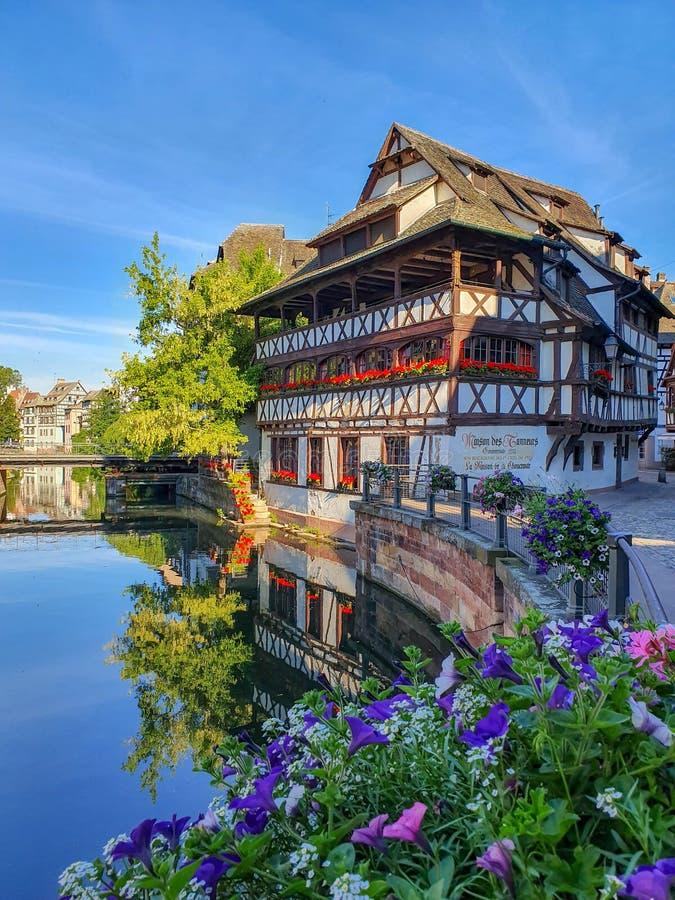 STRASBOURG, FRANCE - juin 2019 : maisons à colombage traditionnelles de Petite France le long des canaux pittoresques photographie stock