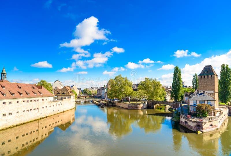 Strasbourg, torres da ponte medieval Ponts Couverts imagem de stock