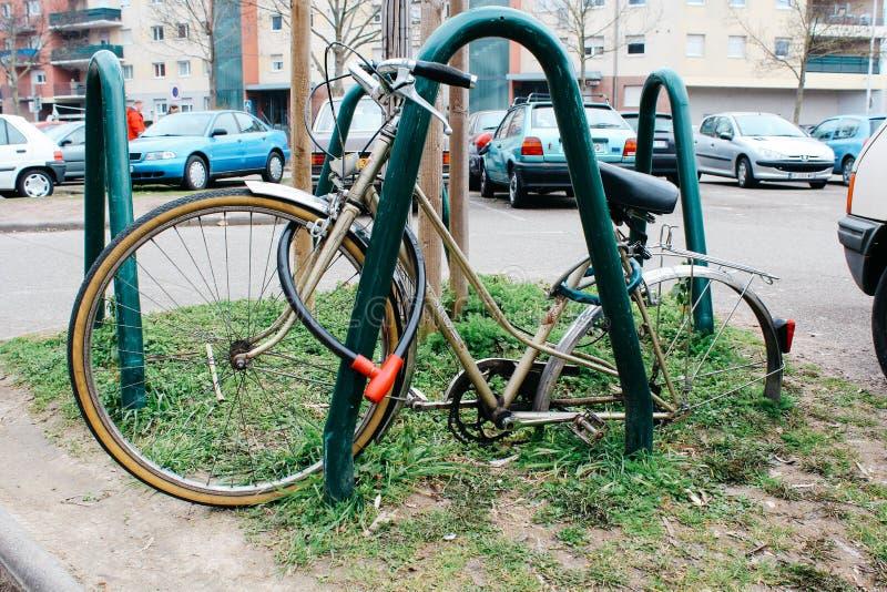 Strasburg, França - 03 31 2013: bicicleta abandonada prendida com correias sem as rodas na rua imagem de stock royalty free