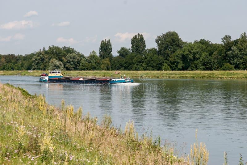 STRASBURG, FRANCE/EUROPE - LIPIEC 18: Barka pływa statkiem w dół Rh zdjęcie stock