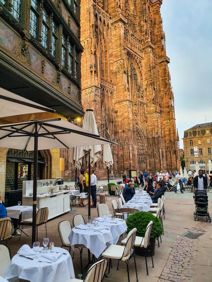 STRASBURG FRANCJA, Czerwiec, - 2019: Widok na Strasburskim Katedralnym Cathedrale De Notre-Dame lub katedra nasz dama Strasburg zdjęcie royalty free