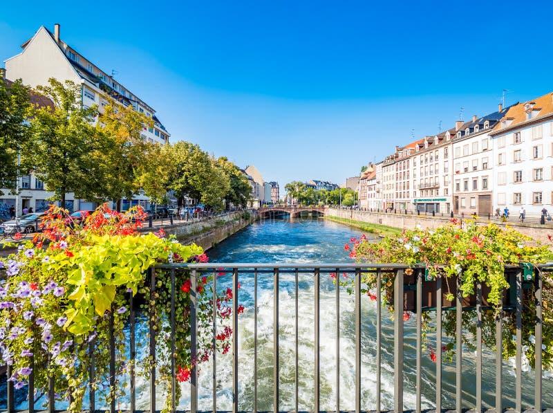 Strasburgo, Francia - canali pittoreschi in La Petite France nella vecchia città di favola medievale di Strasburgo immagini stock libere da diritti
