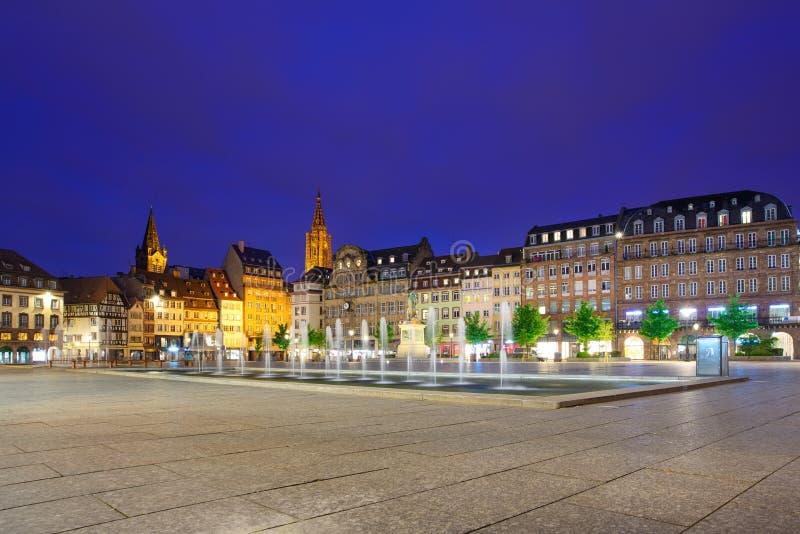 Strasburskiego zmierzchu Kleber na miejscu kwadrat. Katedra na tle. Alsace, Francja fotografia royalty free