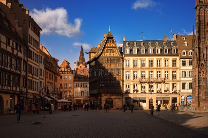 STRASSBURG, FRANKREICH - 5. JANUAR 2017: Kathedralen-Quadrat im alten sity Ansicht des traditionellen Fachwerkhauses Kammerzell - lizenzfreie stockbilder