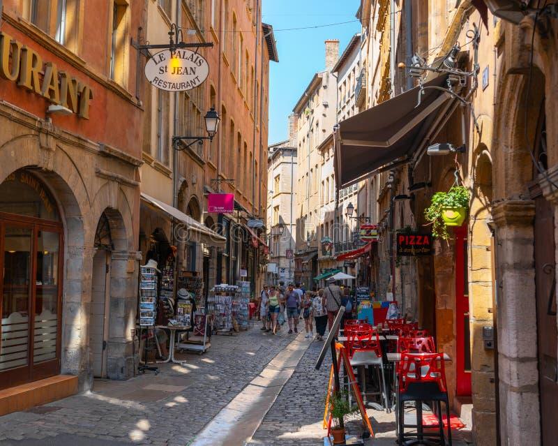 STRASSENansicht alten Bezirkes Vieux-Lyons Fußgängerin Lyon Frankreich während des Sommers mit Touristen lizenzfreie stockfotos