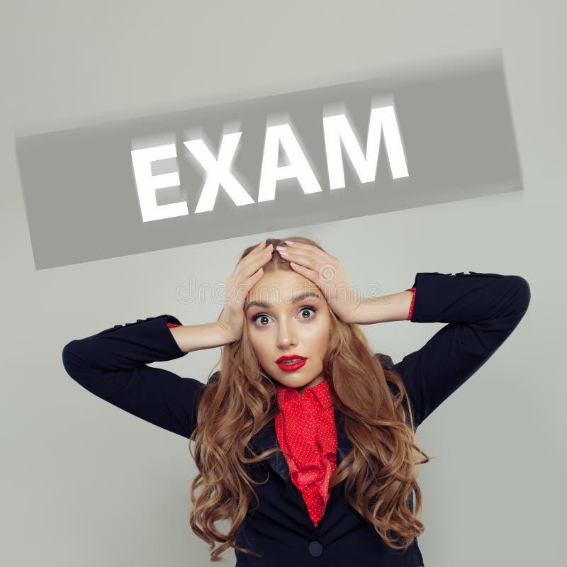 Strasząca studencka kobieta z egzamin inskrypcją obrazy stock