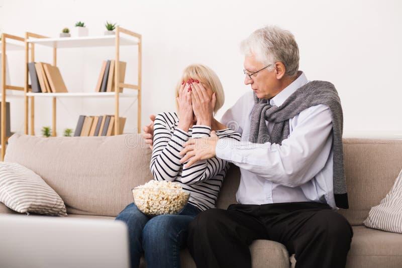Straszący Starszy kobiety dopatrywania horror Z mężem obraz royalty free