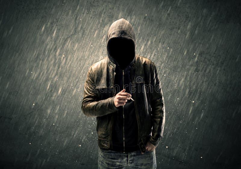 Straszna beztwarzowa facet pozycja w hoodie zdjęcie royalty free