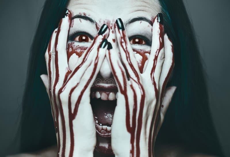 Straszna kobieta w krwi zdjęcie royalty free