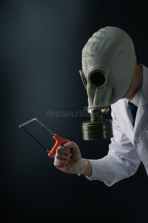 Straszna lekarka w masce gazowej zdjęcie royalty free