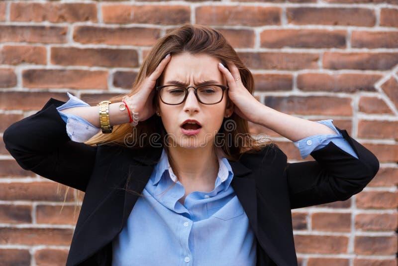 straszna migrena Portret przyglądająca zmęczona biznesowa kobieta dotyka jej głowę z rękami w mądrze przypadkowej odzieży fotografia royalty free