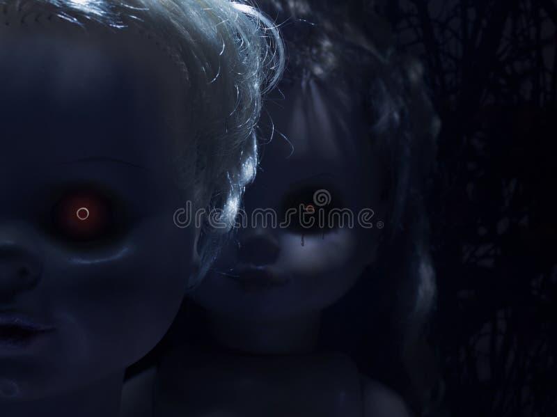 Straszne plastikowe lale z ognistymi oczami fotografia stock