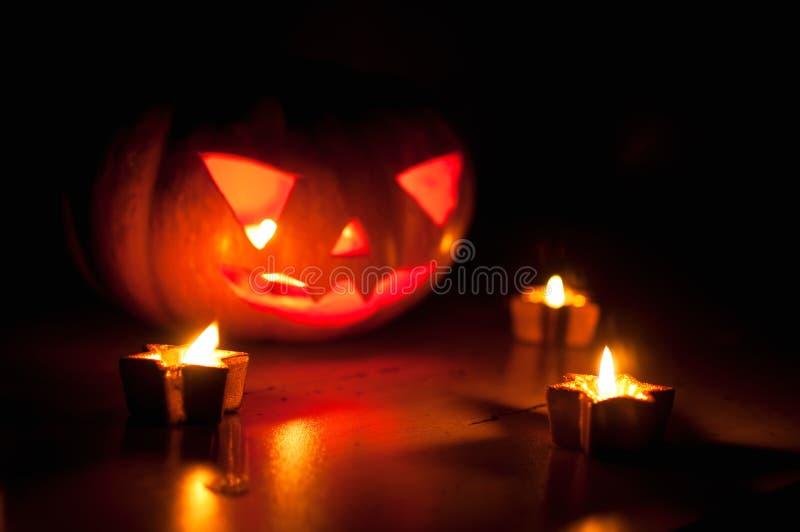 Strasznego Halloween dyniowi i melonowi lampiony na czarnym tle zaświecali z małymi round i gwiazdowymi świeczkami obrazy royalty free