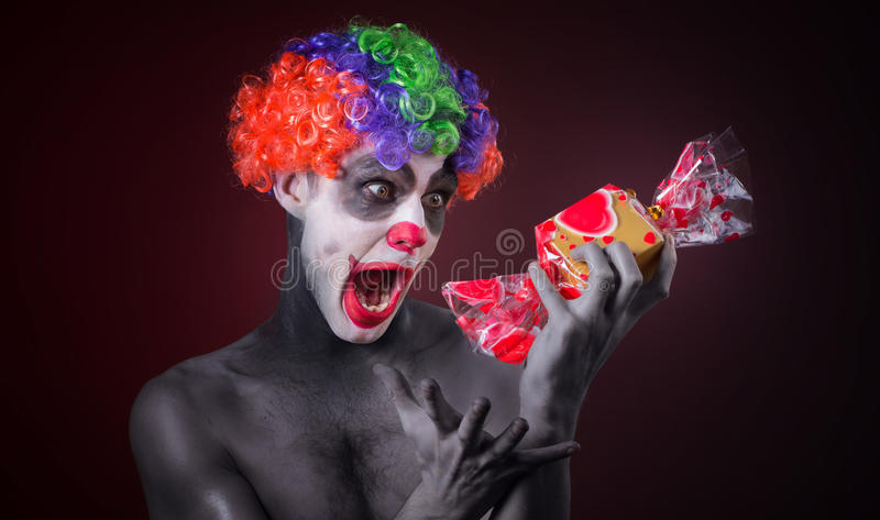 Straszny błazen z strasznym makeup i więcej cukierkiem obraz stock