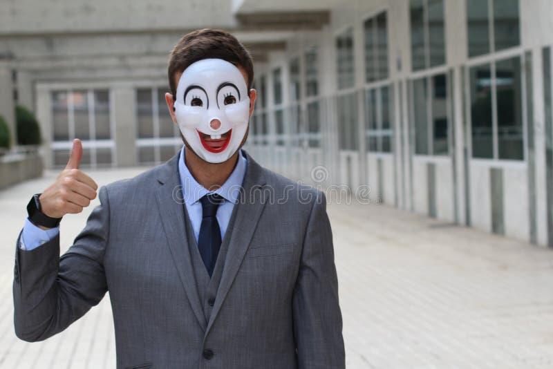 Straszny biznesmen jest ubranym maskę dawać i aprobaty obrazy stock