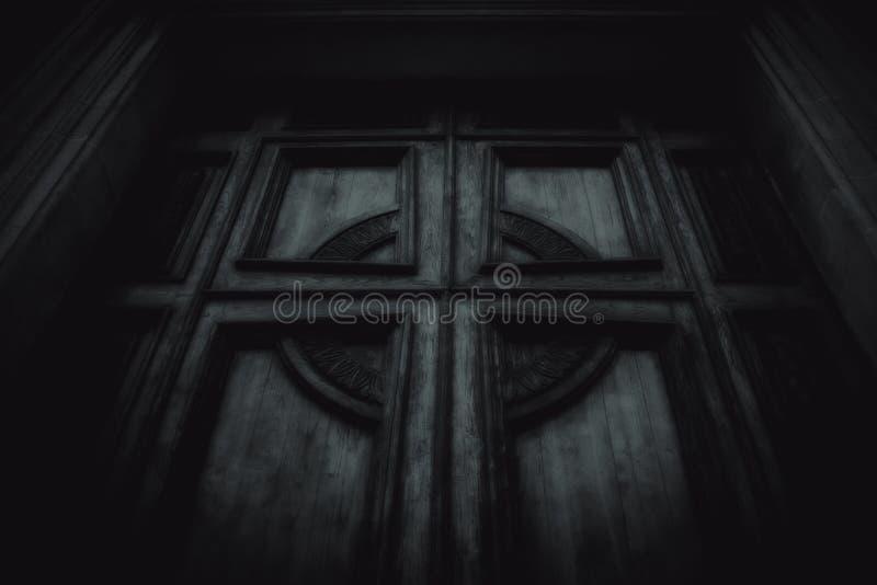 Straszny drzwi z krzyżem fotografia stock