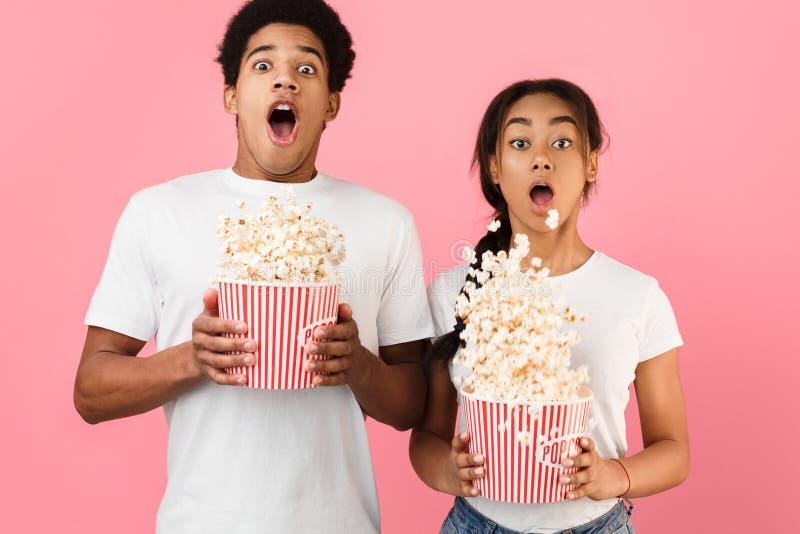 straszny film Przelękły pary miotania popkorn nad tłem zdjęcia stock