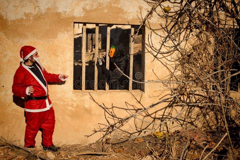 Straszny Halloweenowy potwór versus Santa zdjęcie royalty free