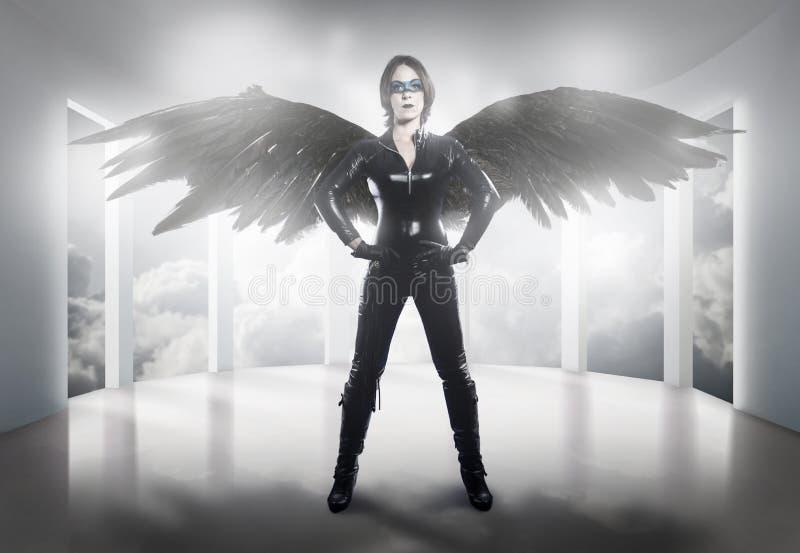 straszny kobieta ubierał w lateksie, bacie i czerni skrzydłach, zdjęcie royalty free